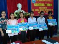 Lễ trao học bổng, tiếp sức đến trường cho các em học sinh vượt khó trong học tập của Hội LHPN xã Quế Châu